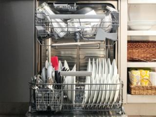 Верхняя корзина с изменяемой высотой даже при загрузке в посудомоечных машинах AEG